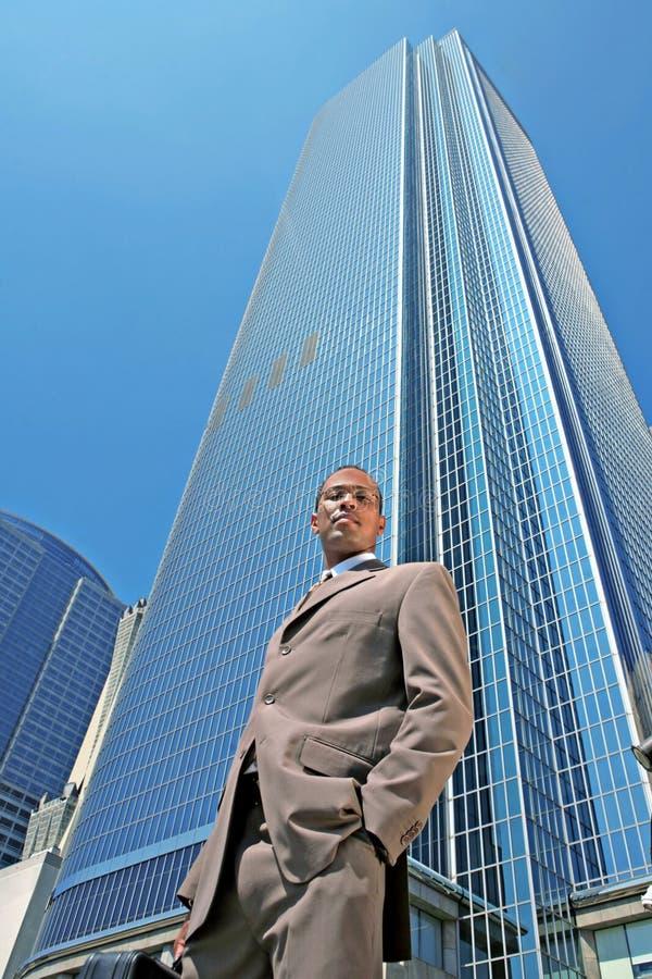 Homem de negócio preto sério ao ar livre imagens de stock