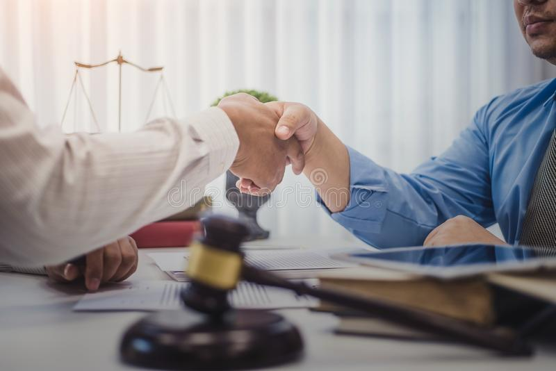 Homem de negócio que agita as mãos com os advogados após ter discutido um acordo de contrato no escritório justiça e lei, advogad fotografia de stock royalty free