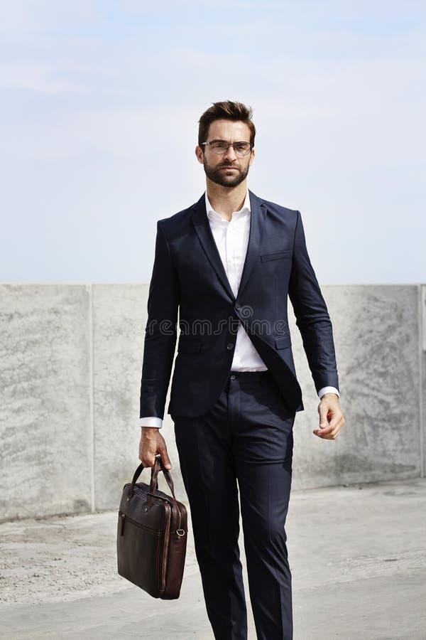 Homem de negócio que anda com uma pasta imagem de stock