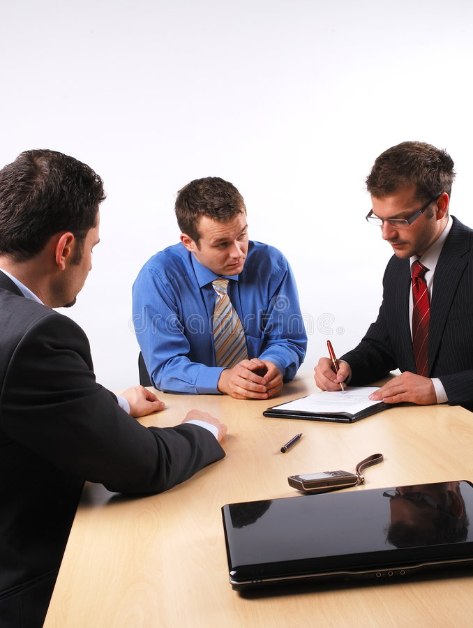 Homem de negócio que assina um contrato fotografia de stock royalty free