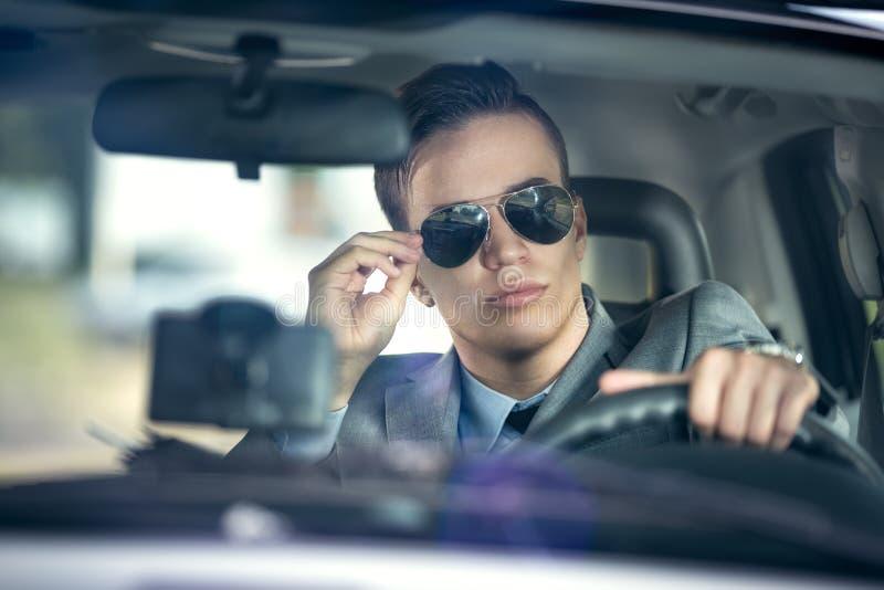 Homem de negócio que conduz um carro foto de stock