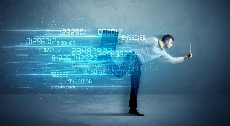 Homem de negócio que corre com conceito do dispositivo e dos dados imagem de stock royalty free