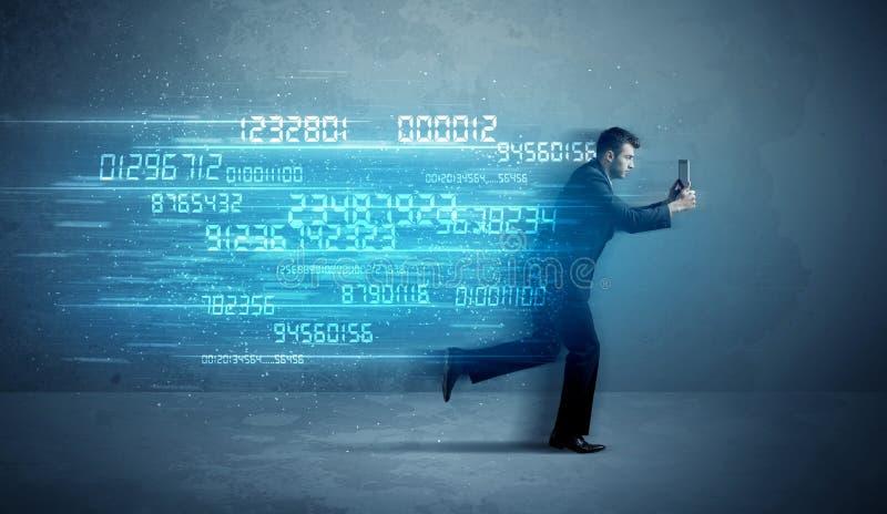 Homem de negócio que corre com conceito do dispositivo e dos dados imagens de stock