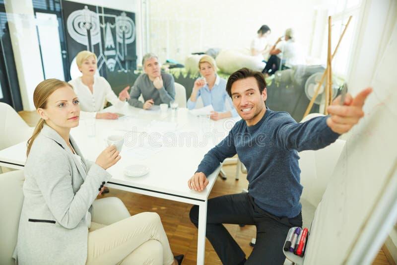 Homem de negócio que dá a apresentação na reunião imagens de stock royalty free