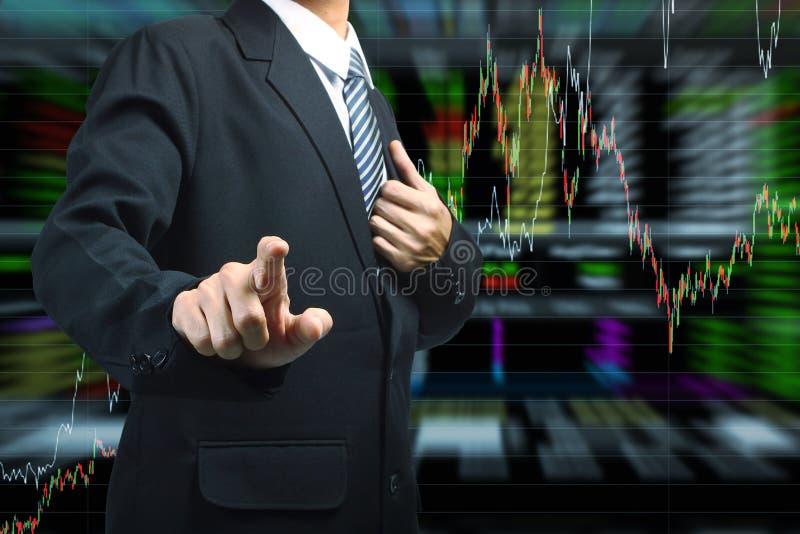 Homem de negócio que empurra com fundo do gráfico do mercado de valores de ação ilustração do vetor