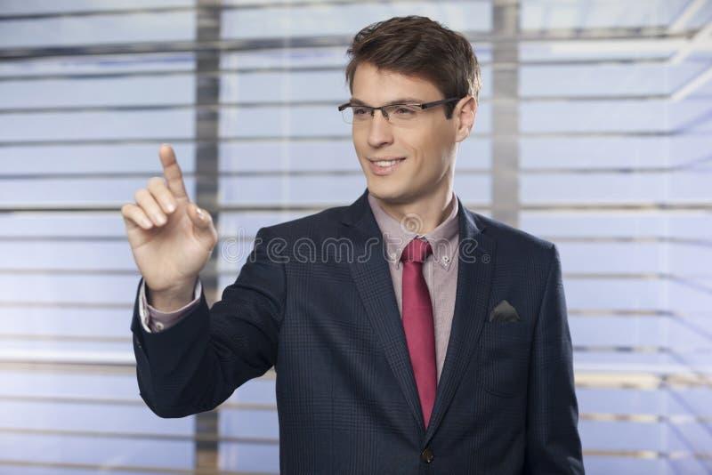 Homem de negócio que empurra em uma relação da tela de toque fotografia de stock
