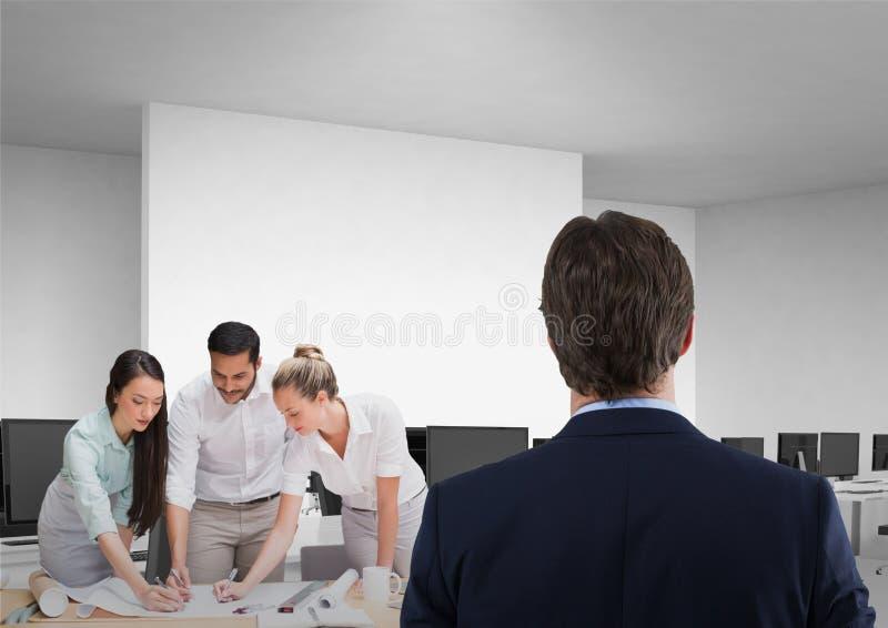 Homem de negócio que enfrenta o escritório quando os colegas de trabalho planejarem o projeto ilustração do vetor