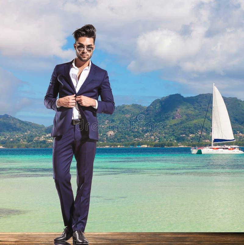 Homem de negócio que está na costa do mar fotografia de stock