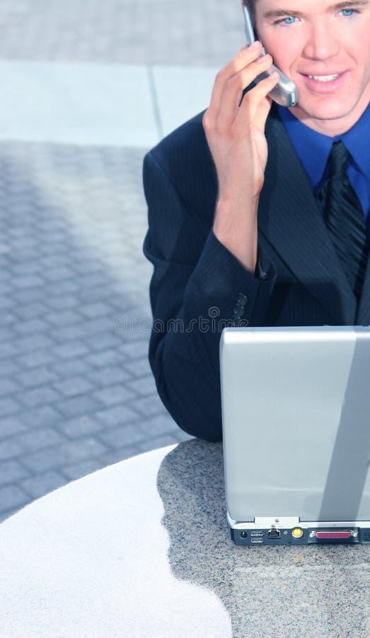 Homem de negócio que fala em sua pilha