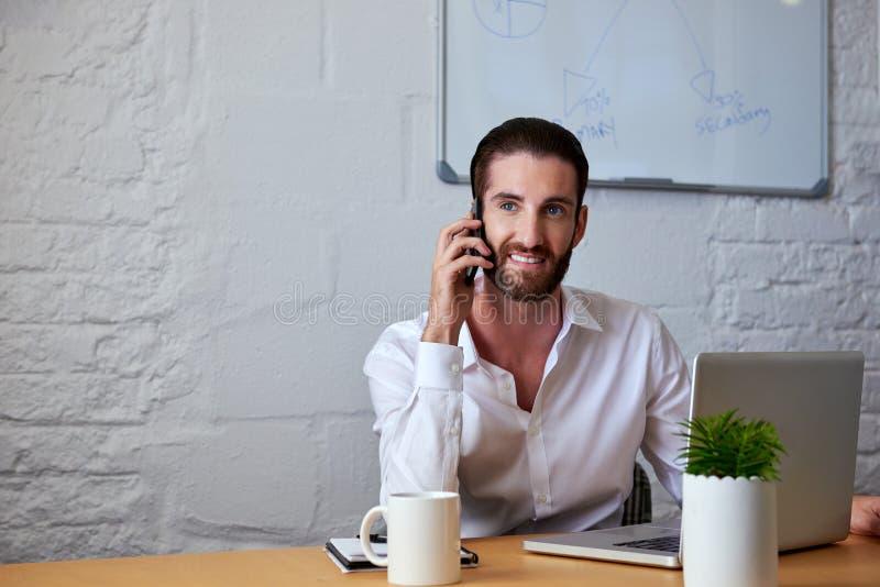 Homem de negócio que fala no telefone com clientes fotografia de stock royalty free