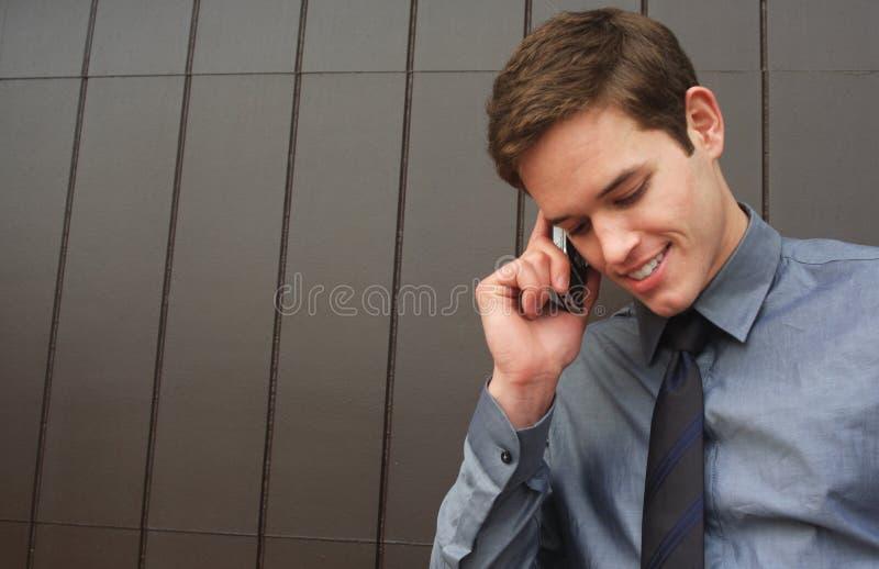 Homem de negócio que fala no telefone de pilha imagem de stock