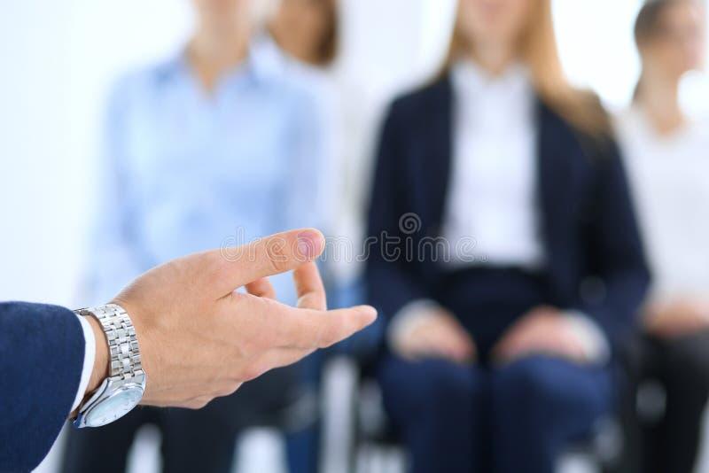 Homem de negócio que faz a apresentação ao grupo de pessoas Orador que entrega um seminário a seu colegas ou treinamento do negóc imagens de stock