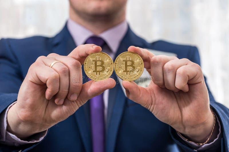 Homem de negócio que guarda o bitcoin imagem de stock
