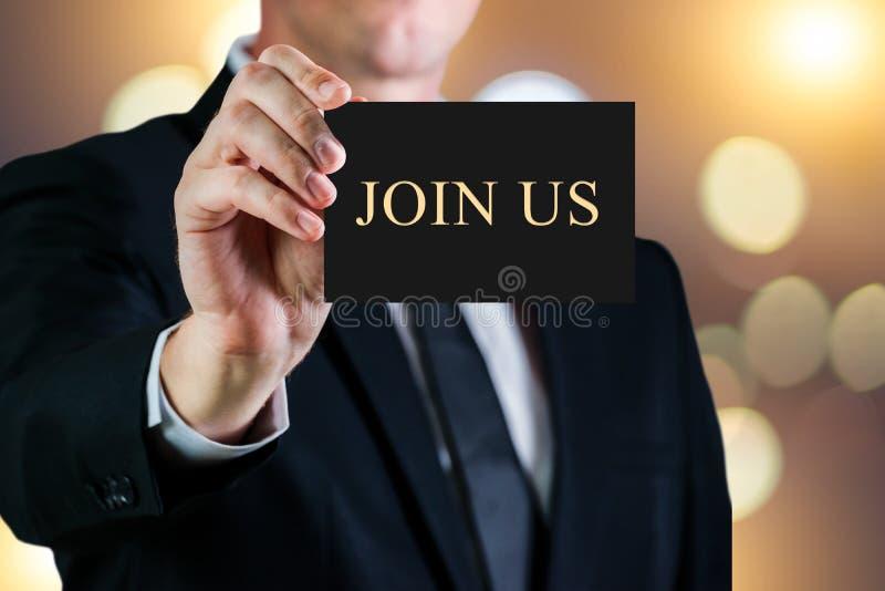 Homem de negócio que guarda um cartão em um fundo luxuoso Junte-se nos texto de mensagem Conceito do aluguer ou da carreira foto de stock
