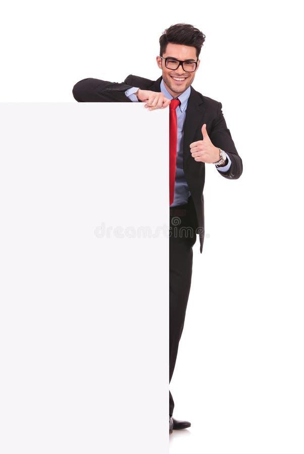 Homem de negócio que guardara a placa vazia fotografia de stock