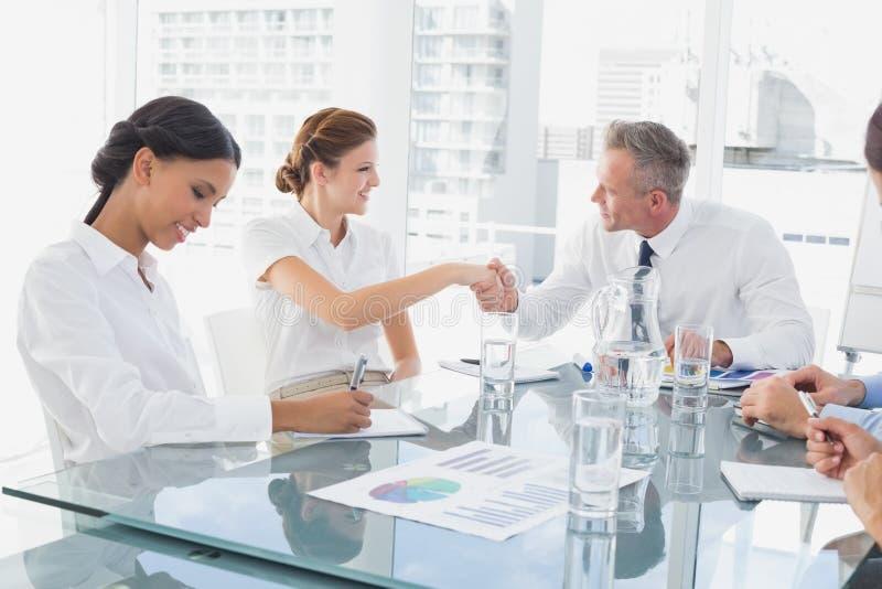 Homem de negócio que introduz o empregado novo imagem de stock royalty free