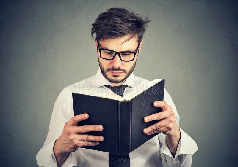 Homem de negócio que lê um livro fotografia de stock royalty free