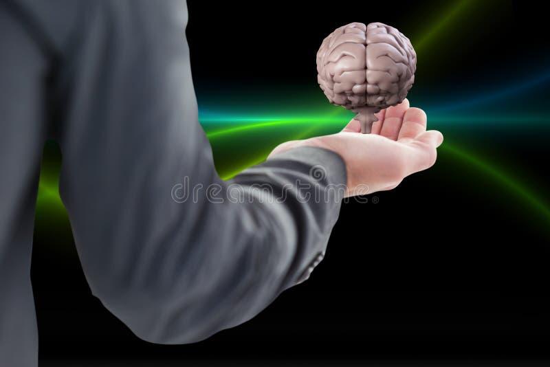 Homem de negócio que mantém um cérebro em sua mão contra o fundo preto imagens de stock