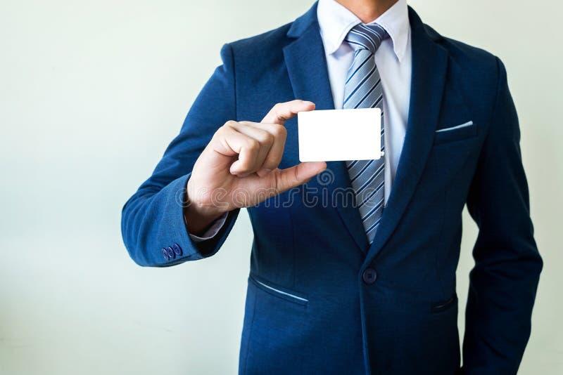 Homem de negócio que mostra o cartão imagens de stock royalty free