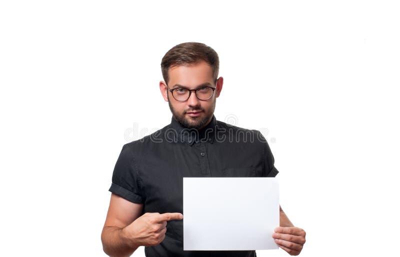 Homem de negócio que mostra o sinal vazio do cartão de papel fotos de stock royalty free