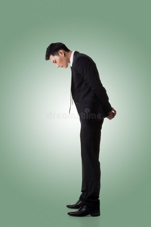 Homem de negócio que olha para baixo imagens de stock