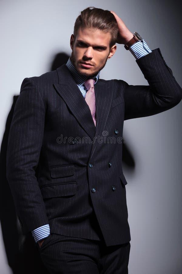 Homem de negócio que passa sua mão através de seu cabelo fotos de stock