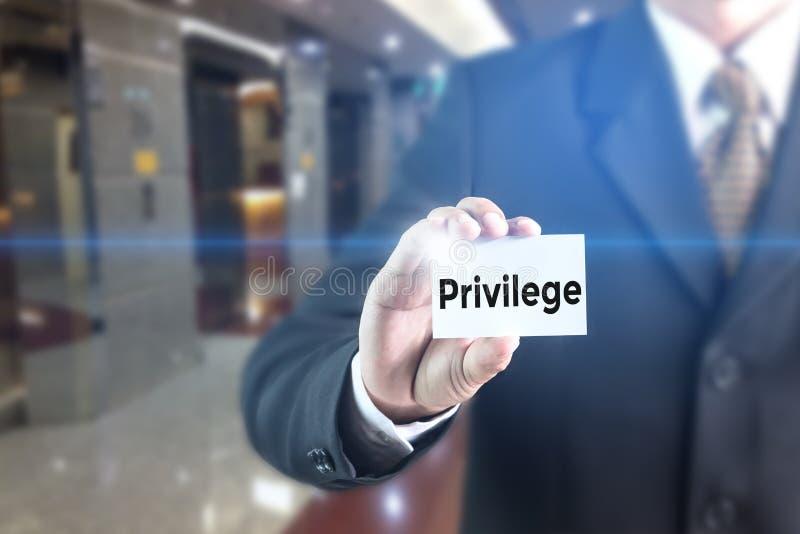 Homem de negócio que pressiona a palavra do privilégio da mão na tela virtual fotografia de stock