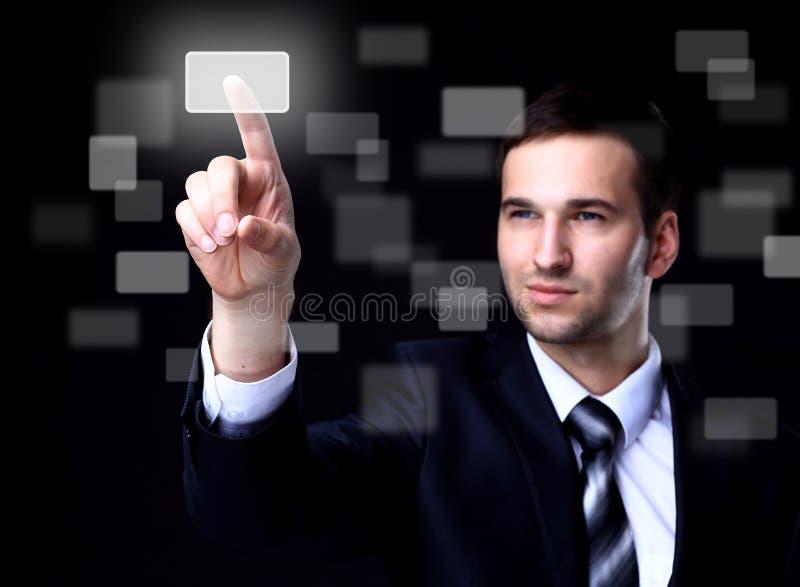 Homem de negócio que pressiona um botão do écran sensível foto de stock