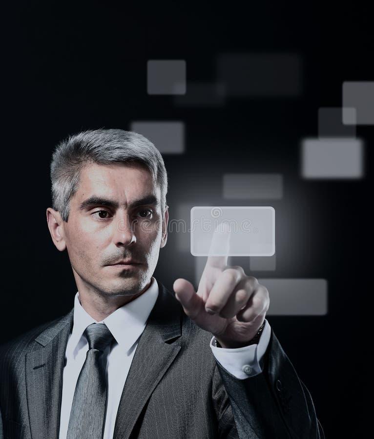 Homem de negócio que pressiona um botão virtual imagem de stock
