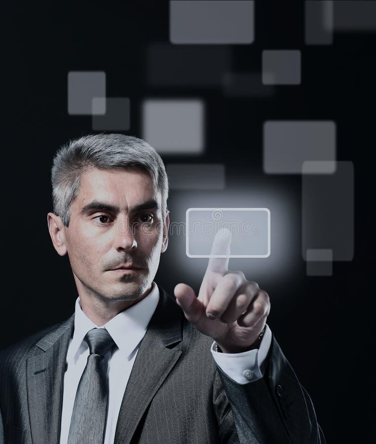 Homem de negócio que pressiona um botão virtual imagens de stock royalty free