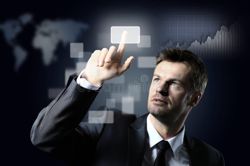 Homem de negócio que pressiona um botão virtual fotos de stock royalty free