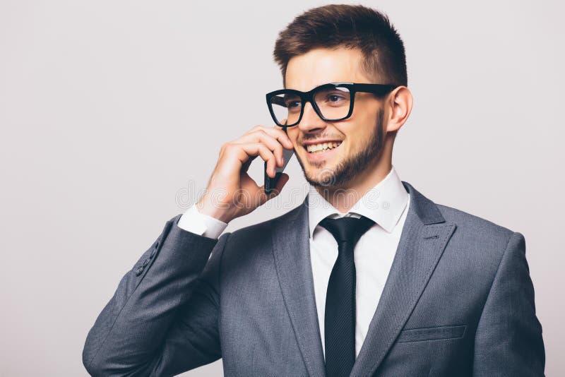 Homem de negócio que tem a conversação telefônica da pilha fotografia de stock royalty free