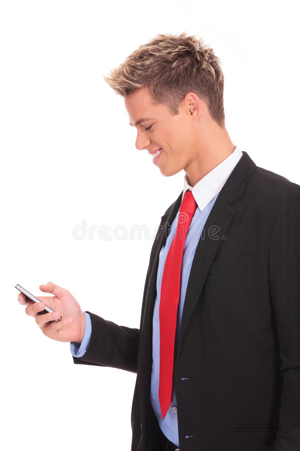 Homem de negócio que texting no smartphone foto de stock