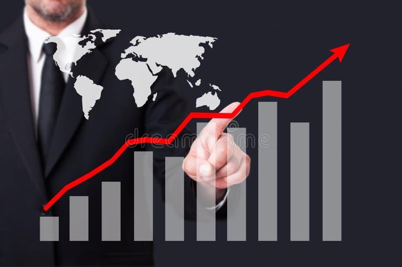 Homem de negócio que toca em uma seta vermelha do crescimento do gráfico fotografia de stock royalty free