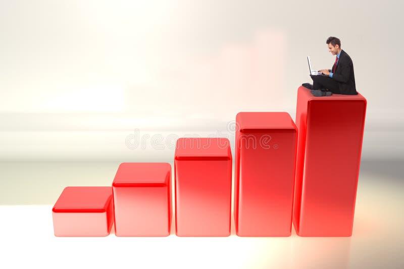 Homem de negócio que trabalha em seu computador portátil no gráfico imagens de stock
