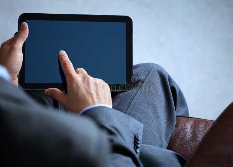 Homem de negócio que trabalha na tabuleta digital imagem de stock