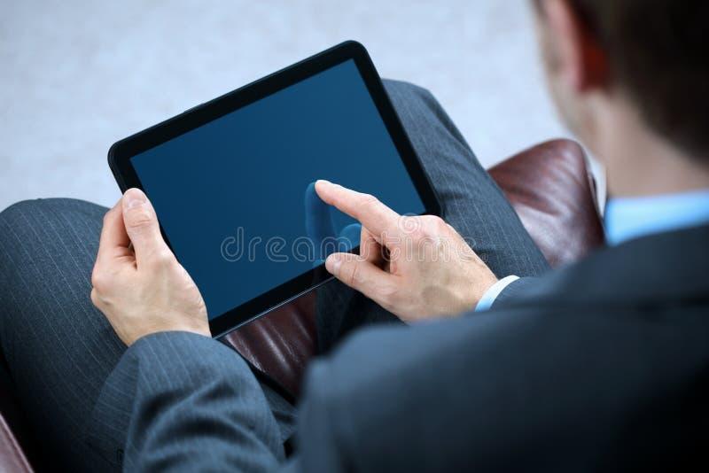 Homem de negócio que trabalha na tabuleta digital
