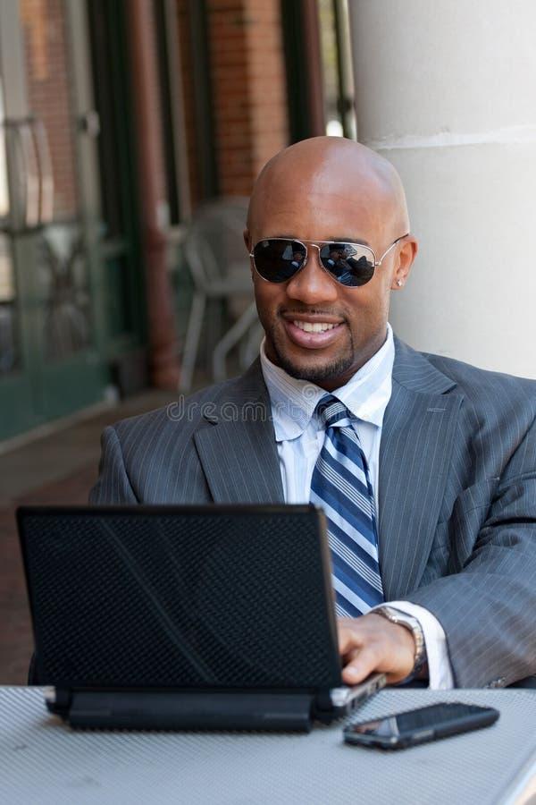 Homem de negócio que trabalha sem fio imagem de stock