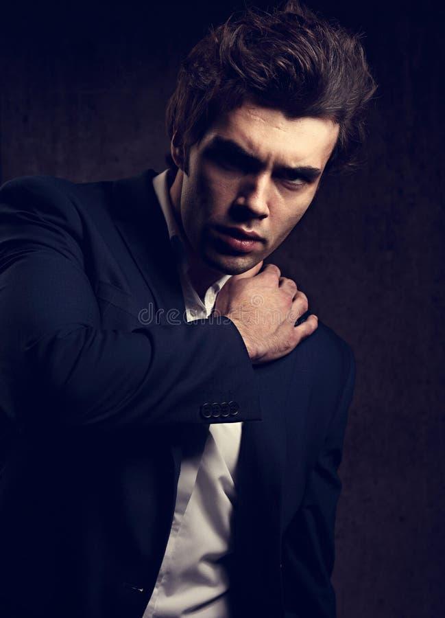 Homem de negócio sério 'sexy' que levanta no terno azul e no estilo branco sh imagens de stock royalty free