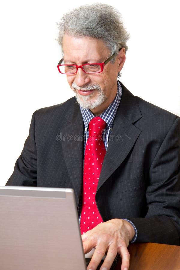 Homem de negócio sênior com PC imagens de stock royalty free