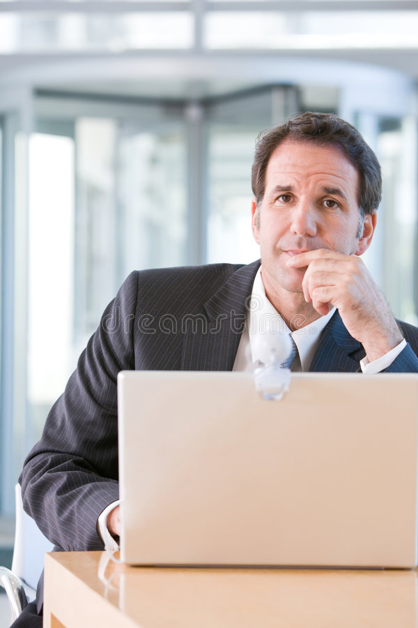 Homem de negócio sênior que trabalha no portátil fotos de stock royalty free