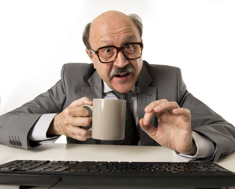 Homem de negócio 60s superior calvo amigável que guarda o drinkin do copo de café fotos de stock
