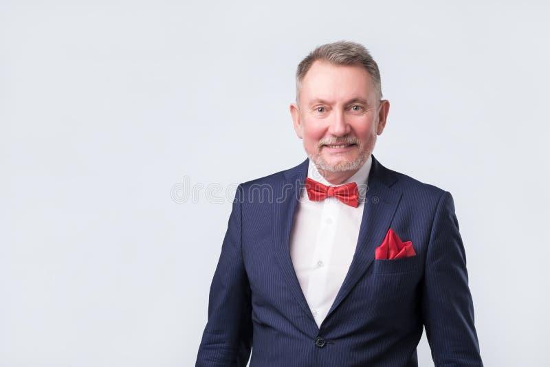 Homem de negócio seguro de encantamento no terno azul foto de stock