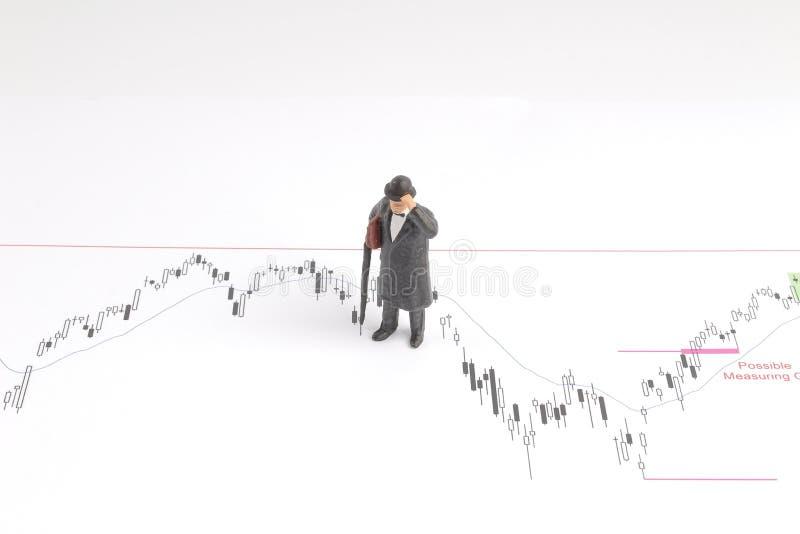 homem de negócio sobre a carta econômica na conversação fotografia de stock