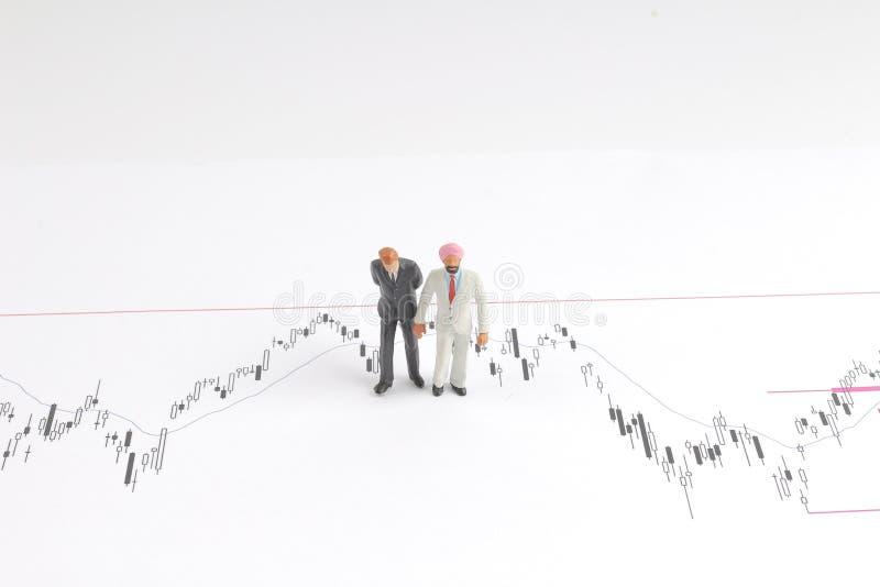 homem de negócio sobre a carta econômica na conversação foto de stock royalty free