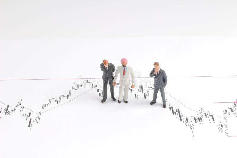 homem de negócio sobre a carta econômica na conversação imagens de stock royalty free