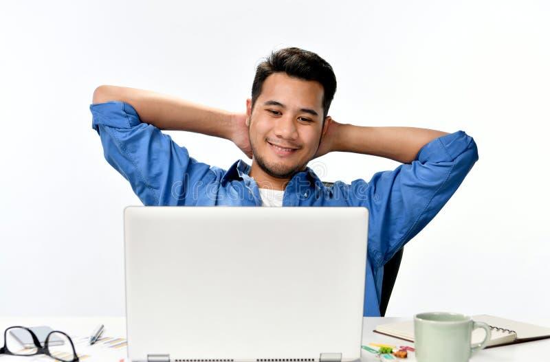 Homem de negócio Startup que senta-se na postura relaxado em seguida que tem o trabalho feito facilmente imagens de stock
