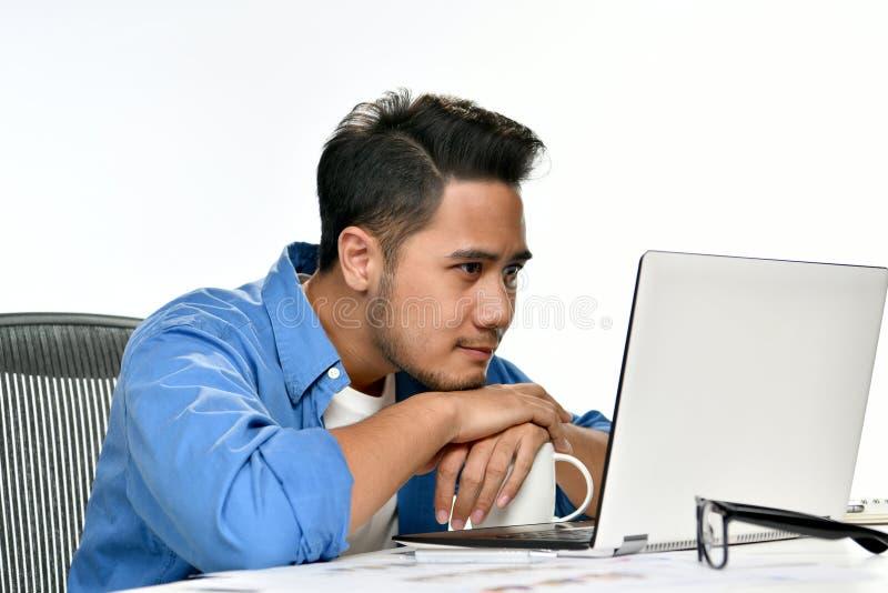 Homem de negócio Startup que senta-se na postura relaxado em seguida que tem o trabalho feito facilmente foto de stock royalty free