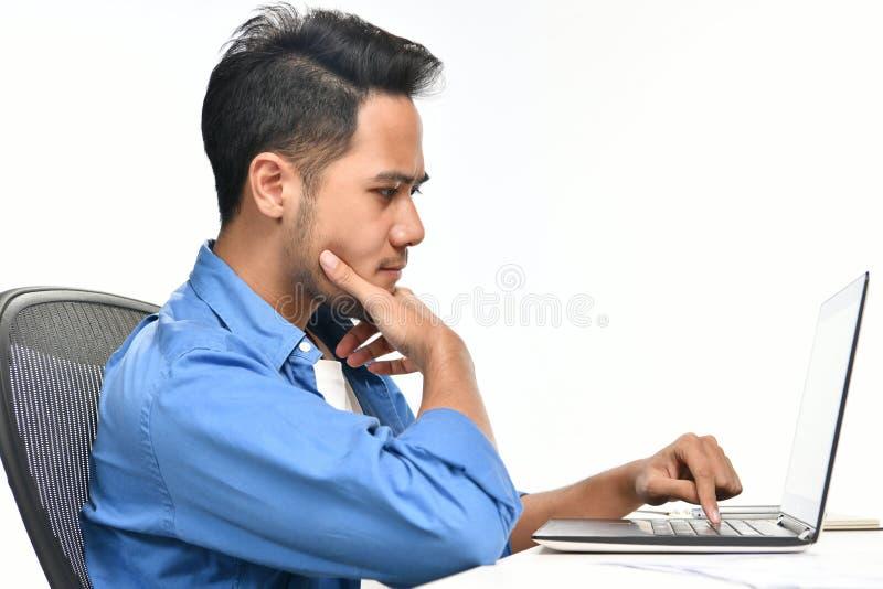 Homem de negócio Startup que senta-se na postura relaxado em seguida que tem o trabalho feito facilmente fotografia de stock