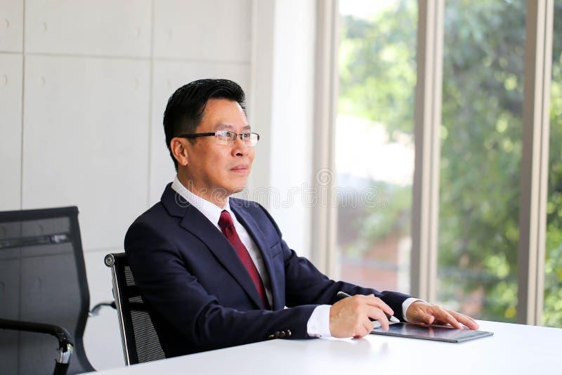 Homem de negócio superior Ásia com discussão da reunião de unidade de negócio fotografia de stock